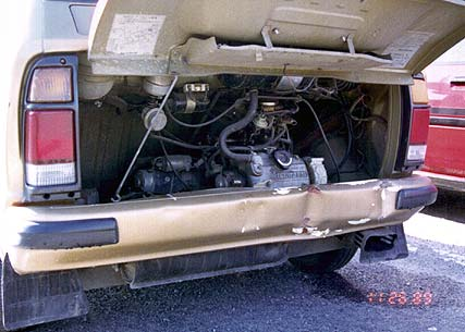 後ろに積んであるエンジン